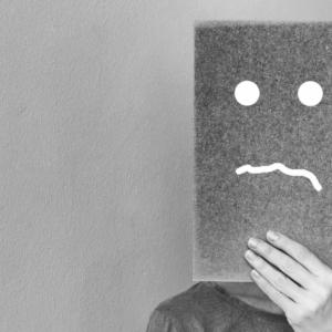Νέα έρευνα αναδεικνύει την καταστροφική σύνδεση μεταξύ της τελειομανίας και της κατάθλιψης